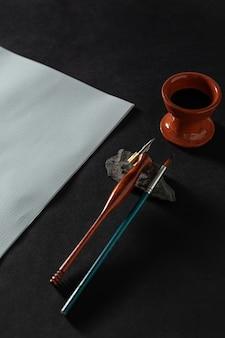 Tavolo da lavoro maestro di calligrafia con carta e penna