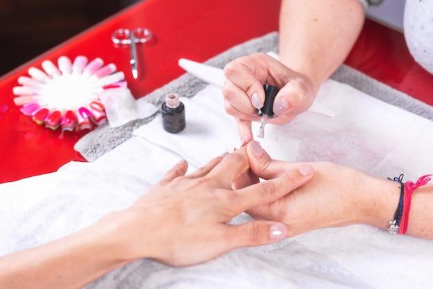 Tavolo da lavoro professionale per manicure con strumenti di lavoro, applicazione dello smalto per unghie.