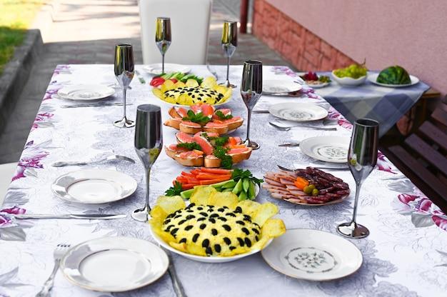 Tavolo da pranzo all'aperto.