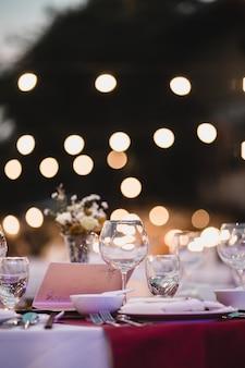 Tavolo da pranzo, bicchieri vuoti fissati in ristorante