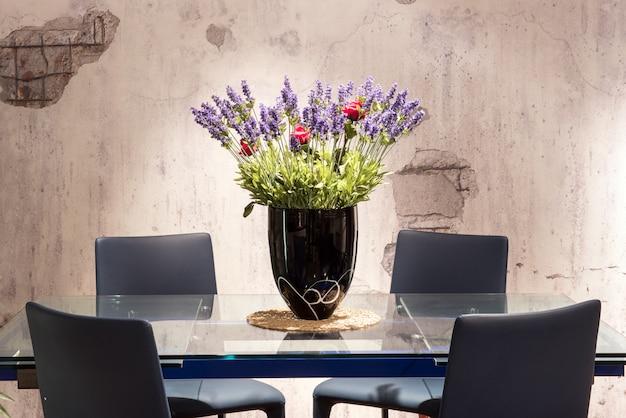 Tavolo da pranzo con centrotavola floreale