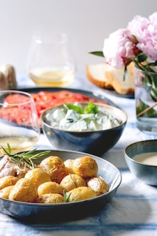 Tavolo da pranzo con patate al forno