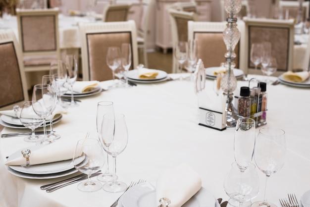 Tavolo da pranzo decorato nel ristorante