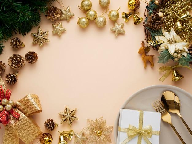 Tavolo da pranzo di natale con decorazioni in oro