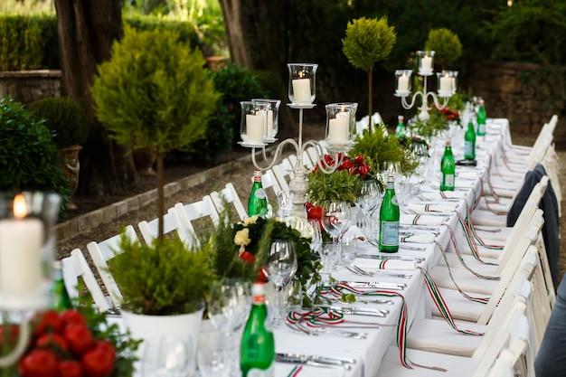 Tavolo da pranzo festivo decorato nei toni del bianco e del verde