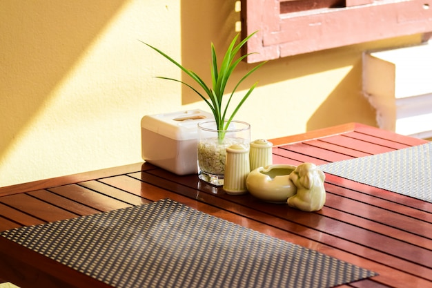 Tavolo da pranzo, tavolo da ricevimento, vaso di fiori e posacenere