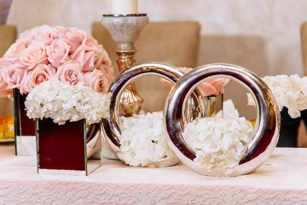 Tavolo da sposa lussuosamente decorato