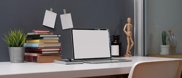 Tavolo da studio con laptop mock up