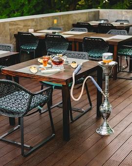 Tavolo da tè servito con shisha arancione