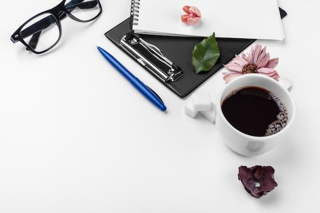 Tavolo da ufficio bianco, business e istruzione