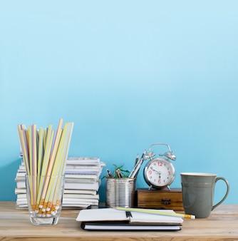 Tavolo da ufficio con blocco note vuoto, sul posto di lavoro in camera. area di lavoro dell'ufficio creativo.