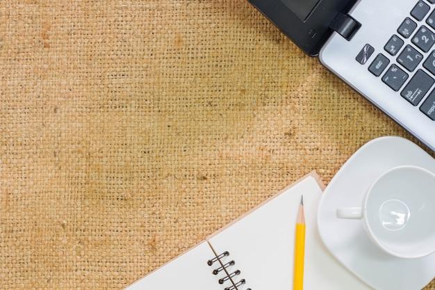 Tavolo da ufficio con blocco note