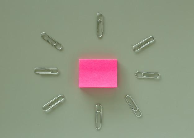 Tavolo da ufficio con carta rosa post-it