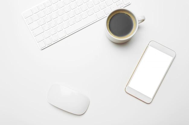 Tavolo da ufficio con computer, forniture, tazza di caffè