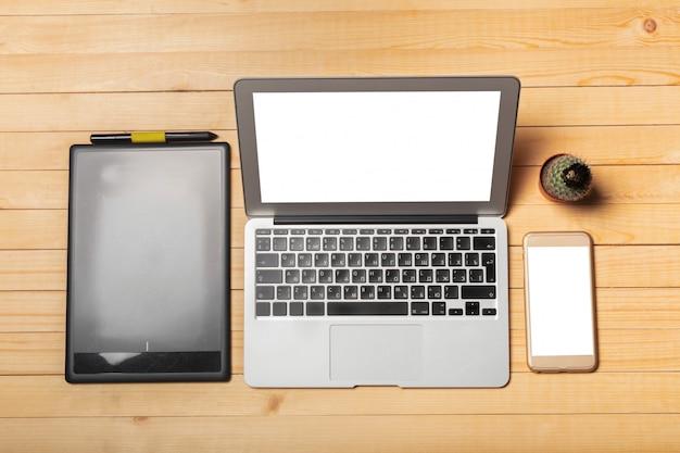 Tavolo da ufficio con computer, forniture
