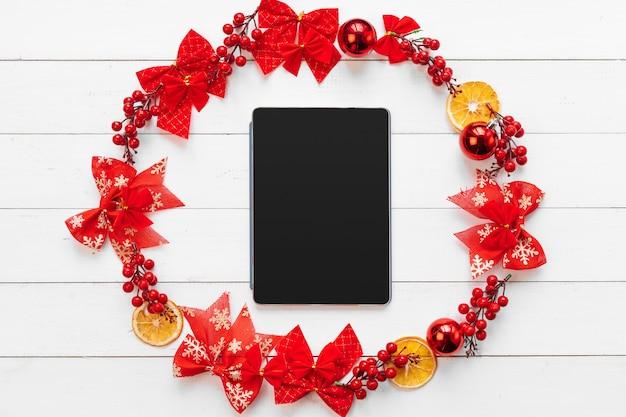 Tavolo da ufficio con dispositivi, forniture e decorazioni natalizie