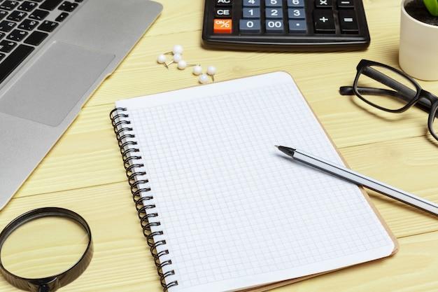 Tavolo da ufficio con forniture e calcolatrice da vicino