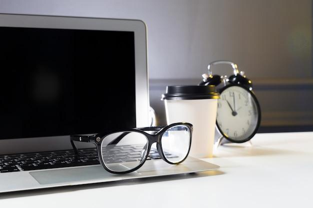 Tavolo da ufficio in pelle con computer, forniture