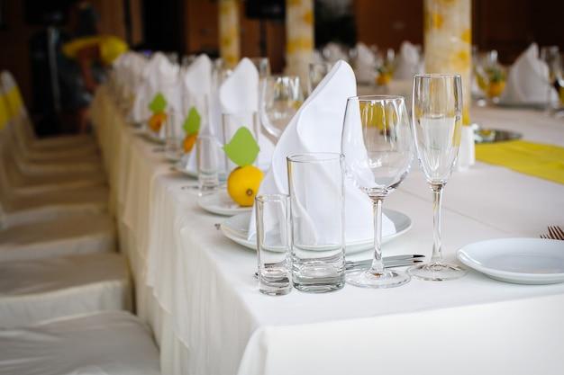 Tavolo decorato a un matrimonio nel ristorante