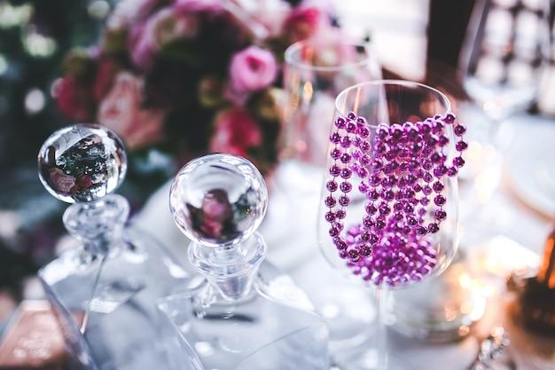 Tavolo decorato per natale con un bicchiere
