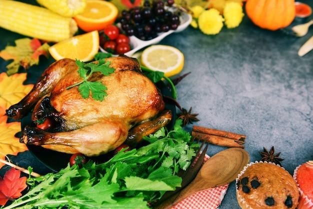 Tavolo del ringraziamento celebrazione ambiente tradizionale cucina o tavola di natale decorata