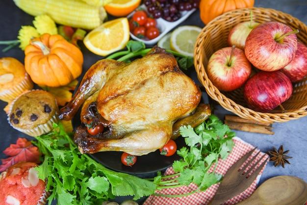 Tavolo del ringraziamento celebrazione cucina tradizionale, tavola decorata con cibo cena del ringraziamento