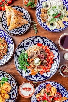 Tavolo della famiglia uzbeka di diversi piatti