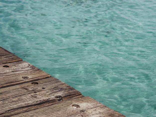 Tavolo di legno. sfondo estivo tavole di legno. copia spazio