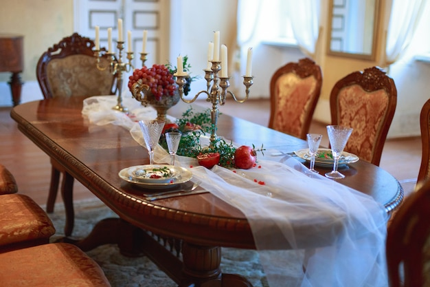 Tavolo di lusso situato nell'interno della sala da pranzo in stile classico