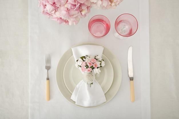 Tavolo di nozze servito per l'occasione