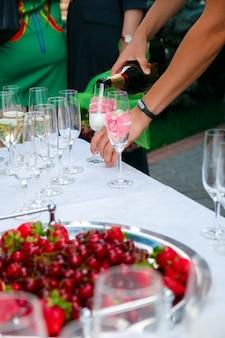 Tavolo di ricevimento versare nel bicchiere da vino.