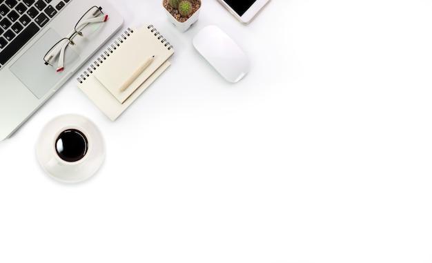 Tavolo e computer portatile bianchi di tecnologia semplice dell'area di lavoro