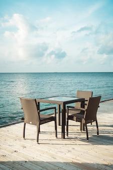 Tavolo e sedia con oceano blu