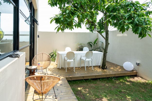 Tavolo e sedia lunghi nel ristorante villa garden