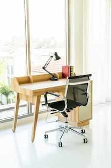 Tavolo e sedia per lo spazio di lavoro a casa