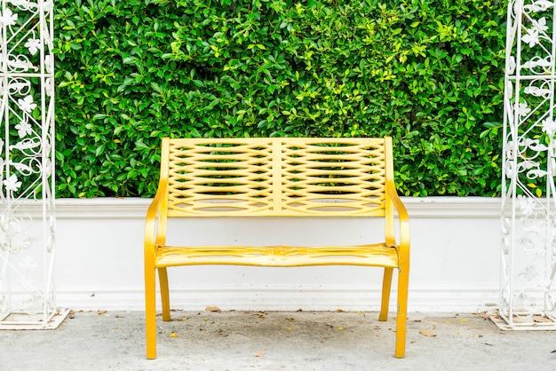 Tavolo e sedia per patio esterno vuoto