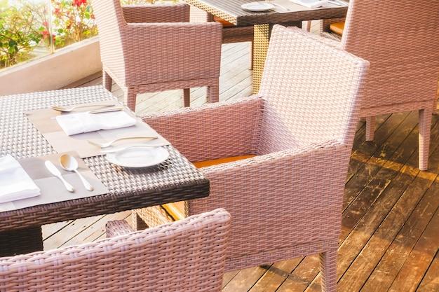 Tavolo e sedia vuota