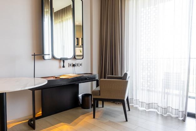 Tavolo e sedia vuoti e belli per lo spazio di lavoro a casa