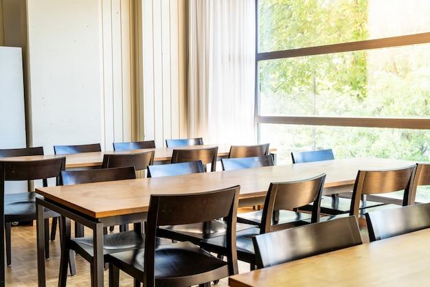 Tavolo e sedia vuoti