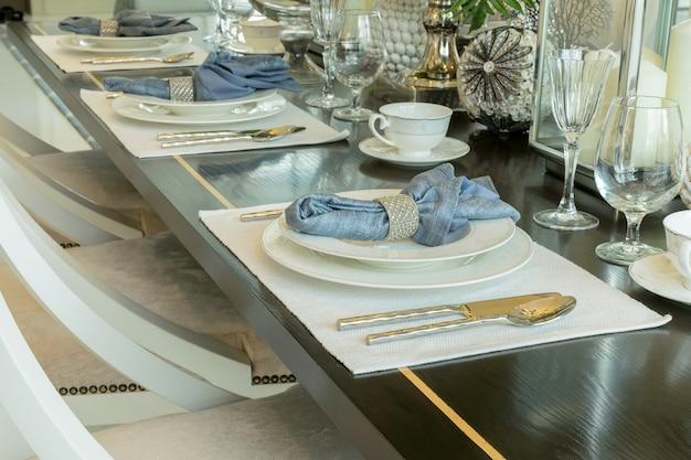 Tavolo elegante situato nell'interno della sala da pranzo in stile classico