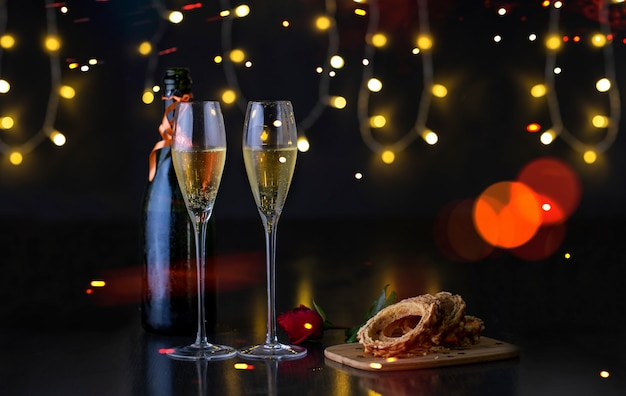 Tavolo festivo con bicchieri di champagne
