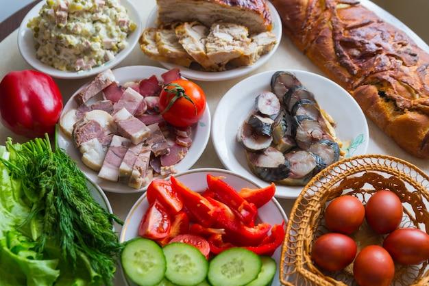 Tavolo festivo con cibo rustico fatto in casa