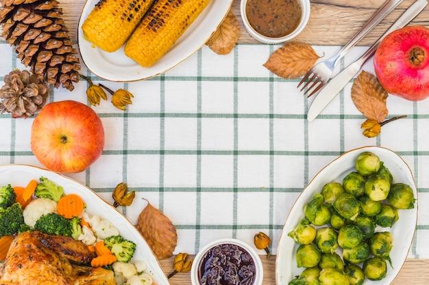 Tavolo festivo coperto con vari alimenti