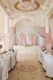 Tavolo festivo per gli sposi decorato con stoffa e fiori. floreale fresco