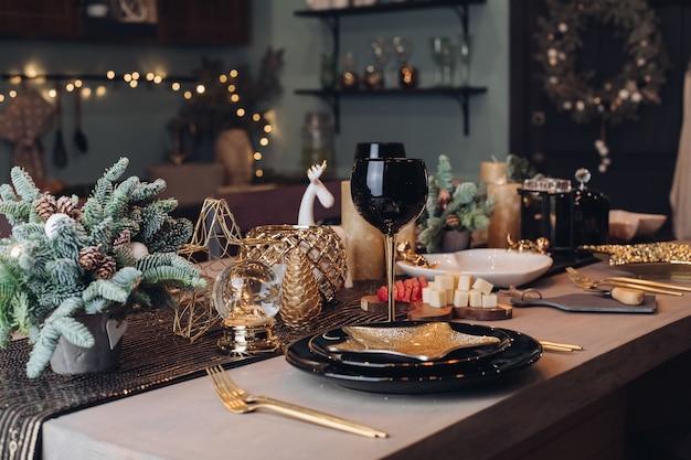 Tavolo festivo pronto per la festa di capodanno