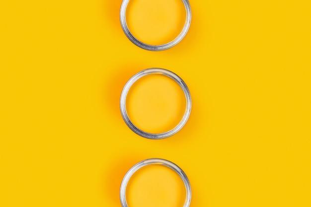 Tavolo giallo con barattoli di vernice.