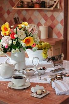 Tavolo in cucina con piatti