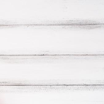 Tavolo in legno bianco con segni grigi