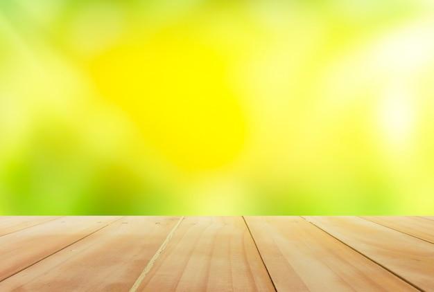 Tavolo in legno con bokeh natura