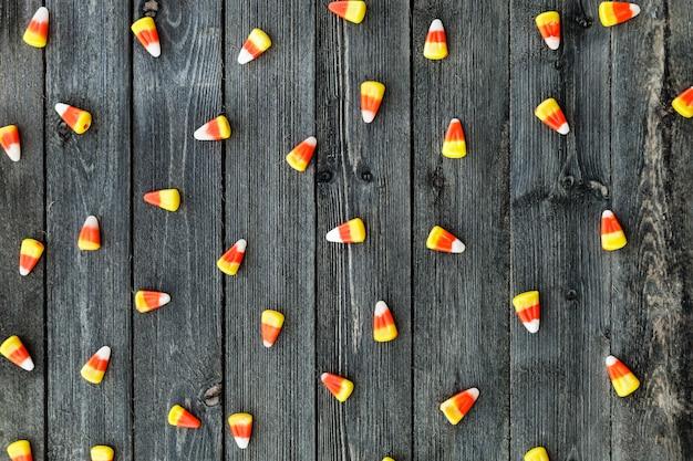 Tavolo in legno con caramelle mais per halloween